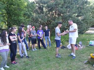 vruchenie-diploma2 Вручение наград студентам, курсов чешского языка 2013/2014